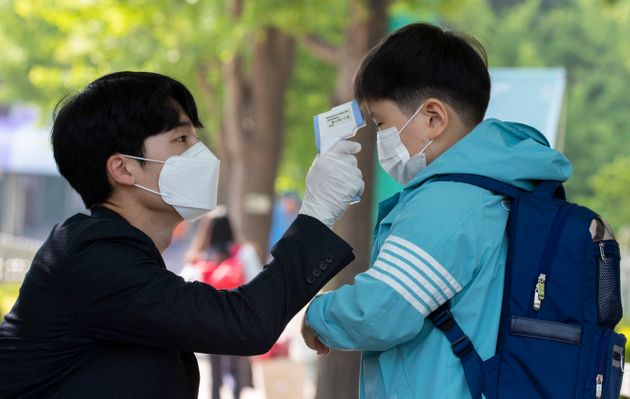 SEOUL, May 27, 2020 -- A student gets body temperature measured when returning for classes at Seryun...