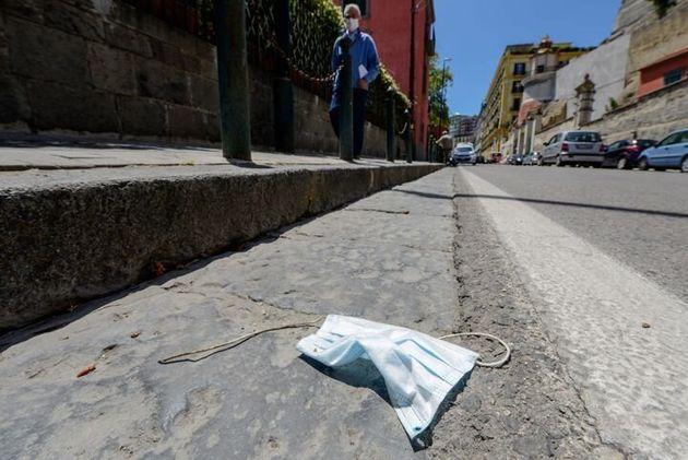 Mascarilla en el suelo en las calles de