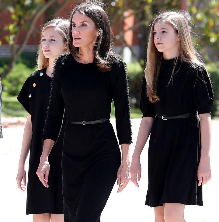 La reina Letizia junto a sus hijas, la princesa Leonor y la infanta Sofía.