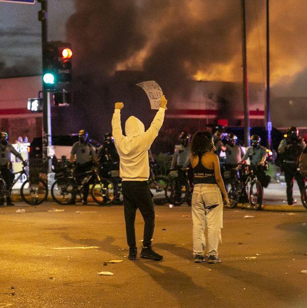 Les protestataires ont envahi les rues autour d'un poste de