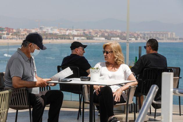 Una pareja en una terraza de Valencia en plena fase 1, el pasado 18 de