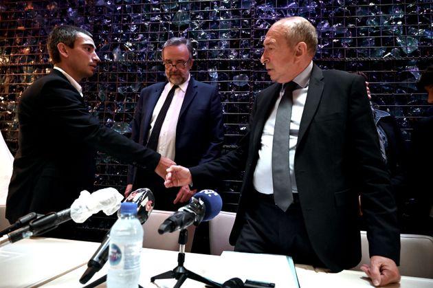 Étienne Blanc (en arrière plan) et Gérard Collomb scellant leur accord pour le second