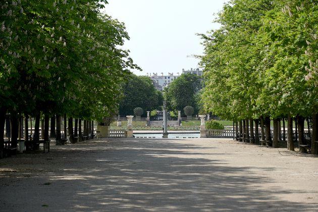 Le jardin du Luxembourg fermé à Paris, pendant le confinement, le 20 avril