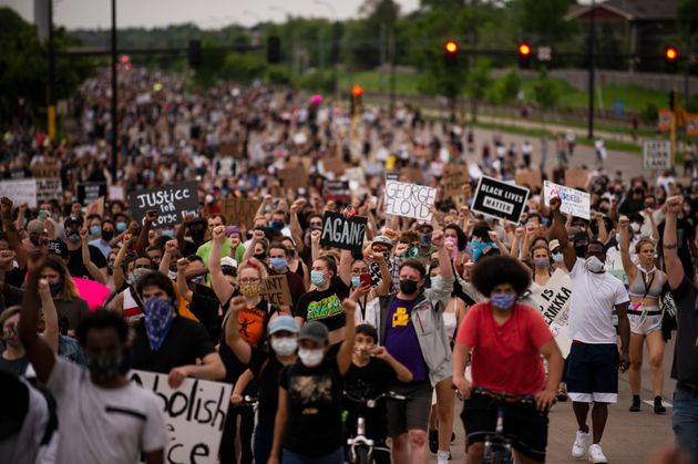 Na terça (26), manifestantes marcharam em Minneapolis,