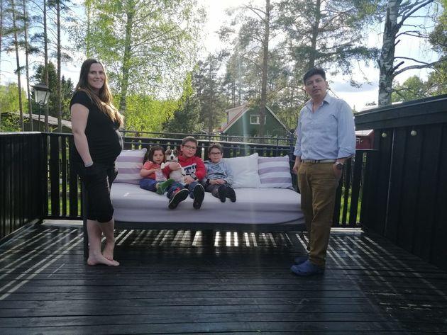 Hernán Aguilar, con su familia, en su casa de Gävle