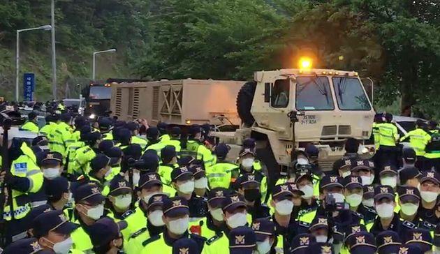 경찰병력이 배치된 가운데 군 장비를 실은 트럭이 사드 기지를 향해 이동하고 있다. 경북 성주군 초전면 소성리, 2020. 5.