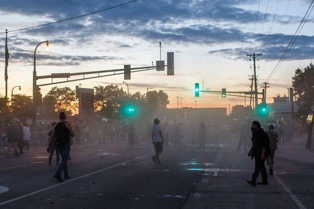 警察と抗議活動参加者が衝突した