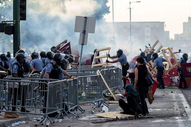 抗議活動参加者が作ったバリケートを取り除く警察