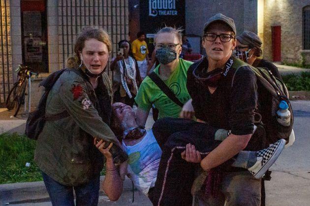 怪我をした仲間を運ぶ参加者たち