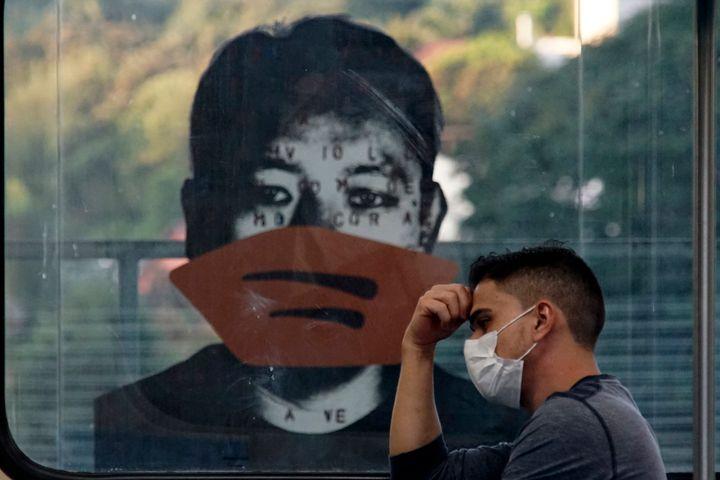 Obra do artista Alex Flemming no metrô Sumaré de São Paulo com máscaras contra o novo coronavírus.