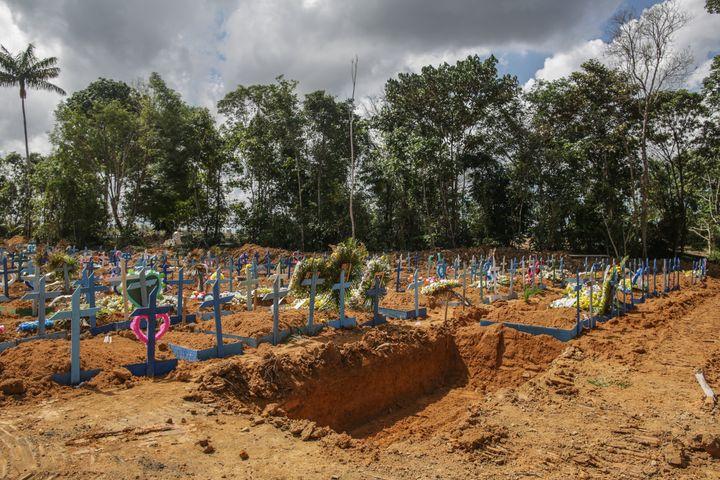 Covas coletivas abertas em cemitério de Manaus, capital do Amazonas, estado com sistema de saúde à beira do colapso.