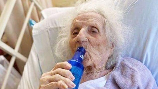 103세 할머니가 신종 코로나와의 사투에서 살아온 뒤 맥주를