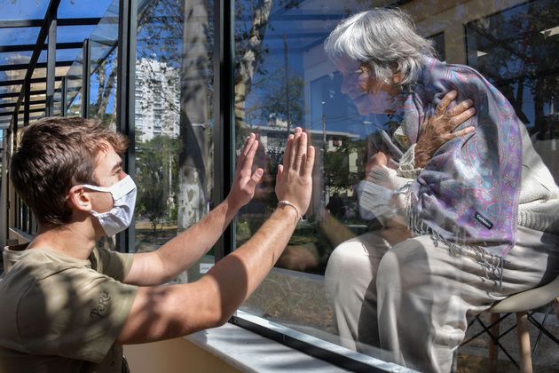 Εγγονός επισκέφθηκε τη γιαγιά του σε νοσοκομείο στο Σάο Πάολο της Βραζιλίας.