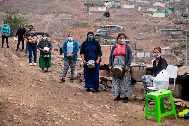 Άλλη χώρα ίδια εικόνα. Γυναίκες έξω από το Λίμα του Περού περιμένουν να λάβουν δωρεάν φαγητό.