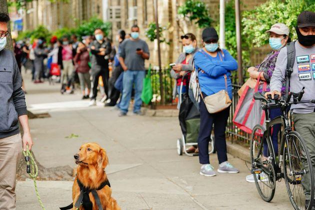 Στην ουρά για δωρεάν τρόφιμα και είδη πρώτης ανάγκης κάτοικοι της Νέα Υόρκης.