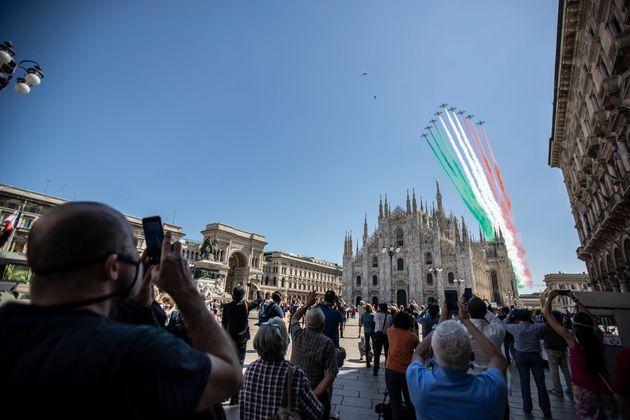 Κόσμος συγκεντρωμένος στην κεντρική πλατεία στο Μιλάνο για τους εορτασμούς της 74ης επετείου από την ίδρυση της Ιταλικής Δημοκρατίας.
