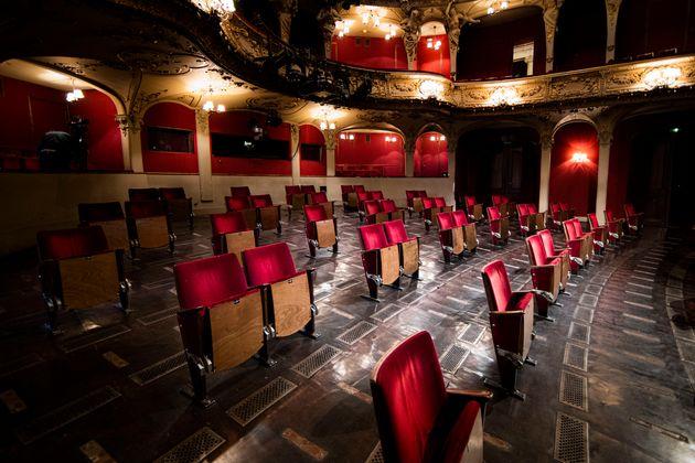 Νέα διάταξη με αποστάσεις μεταξύ των καθισμάτων στο Berliner Ensemble, στο Βερολίνο.