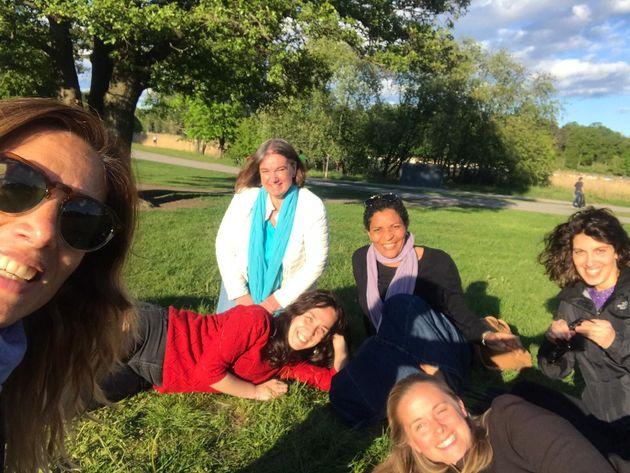 Cayetana Muriel (izq.), con unas amigas en un parque de