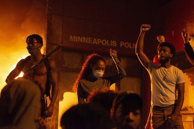 Διαδηλωτές μπροστά από το φλεγόμενο αστυνομικό τμήμα της Μινεάπολης.
