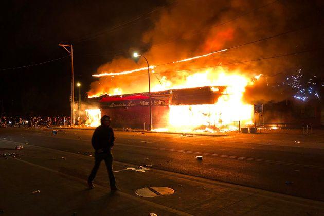 Η φωτιά επεκτάθηκε σε γειτονικά καταστήματα.