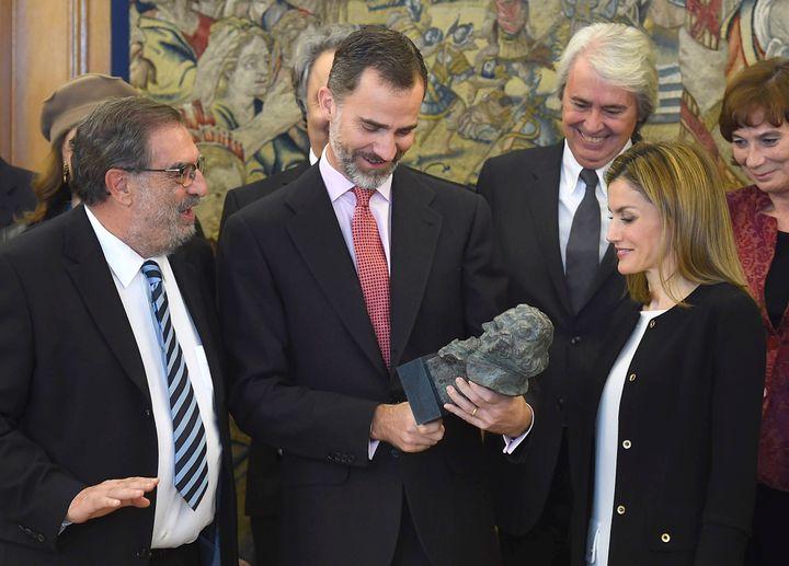 Felipe VI y Letizia junto a Enrique González Macho, en diciembre de 2014.