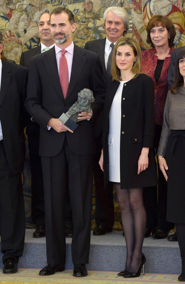 Felipe VI y Letizia posan con su Goya.