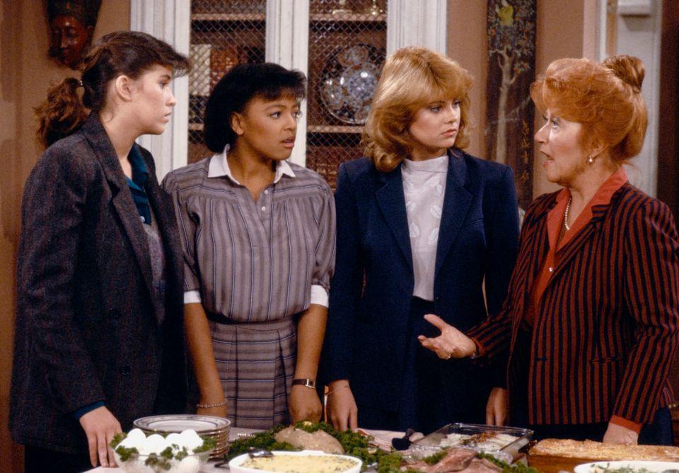 Da esquerda para a direita: Nancy McKeon, Kim Fields, Lisa Whelchel e Charlotte Rae em um episódio...