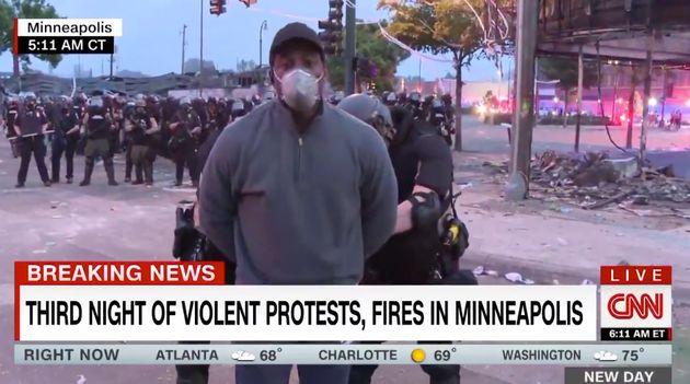CNN mostra, ao vivo, o repórterOmar Jimenez ser