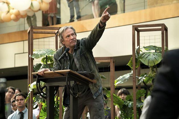 Outra novidade no elenco é Chris Cooper como o fundador da misteriosa (ou nem tanto)