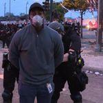 유색 인종인 CNN 기자가 시위 현장에서 생방송을 하던 중 경찰에 체포됐다