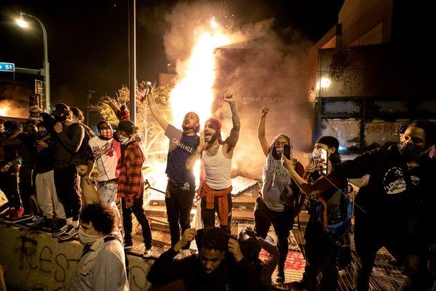 警察署の建物に火を放ち抗議するデモ隊。ミネアポリス市では大規模な爆発の可能性もあるとして警察関係者や一般市民に対しても避難も呼びかけられた。(5月28日)