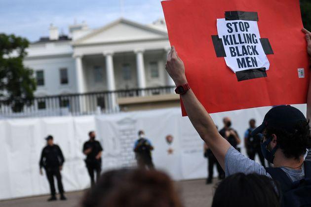 ホワイトハウス前に集まる人々(5月29日)