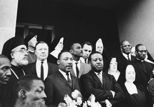 Ο Μάρτιν Λούθερα Κινγκ και δίπλα του ο τότε αρχιεπίσκος Αμερικής Ιάκωβος. 15 Μαρτίου 1965 (AP Photo)