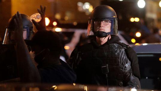生放送中、警察官が報道カメラにコショウ弾 アメリカ・黒人死亡事件の抗議現場で