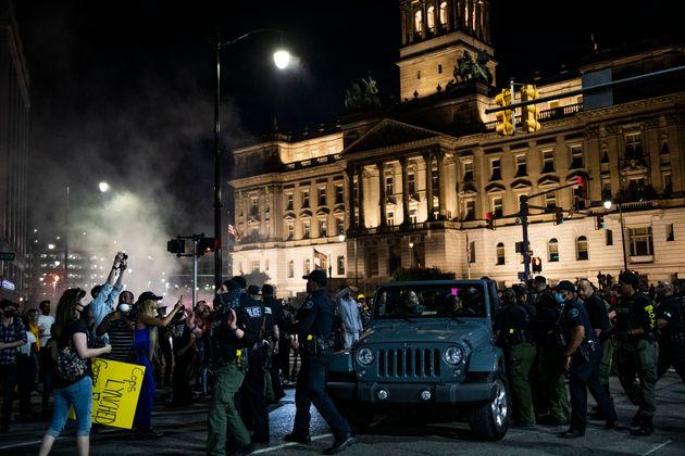 Lors d'une manifestation à Detroit, un homme au volant d'un SUV a tiré dans la foule, faisant...