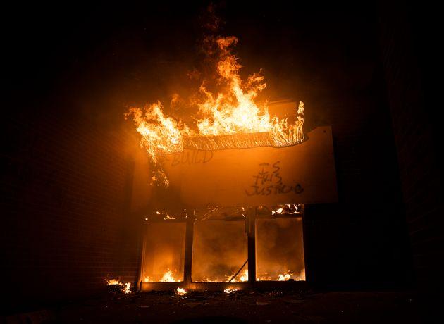 사건이 벌어진 미니애폴리스의 우체국이 29일 불타고