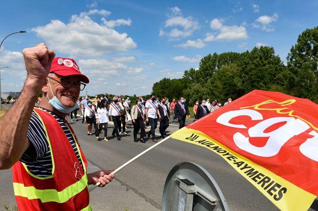 Un syndicaliste CGT protestant contre la décision de Renault de supprimer plus de 4000 emplois...