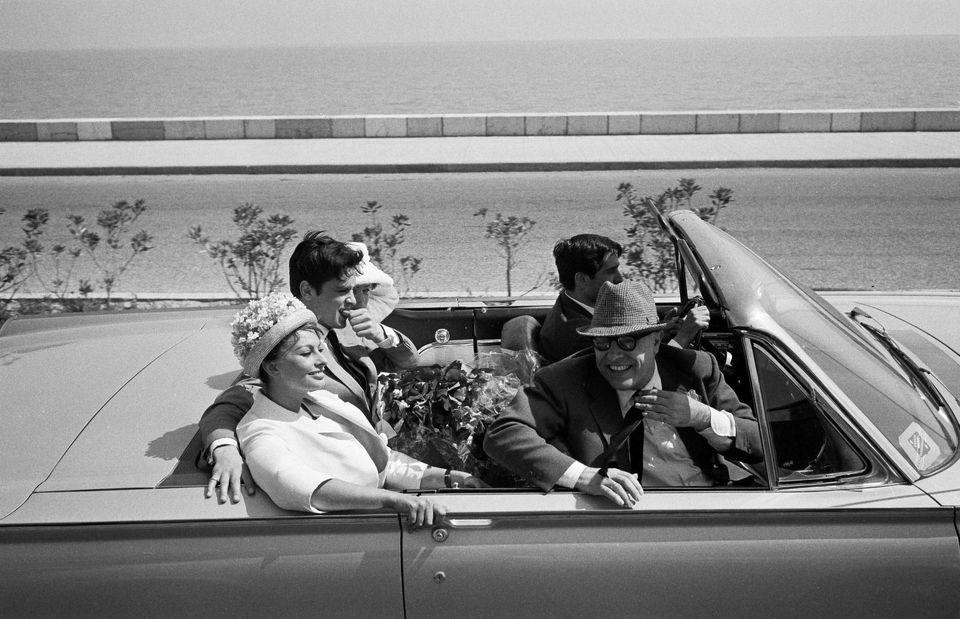 maggio 1962 Cannes, Sophia Loren, Carlo Ponti, Alain Delon e Romy Schneider in un'auto scoperta, durante...