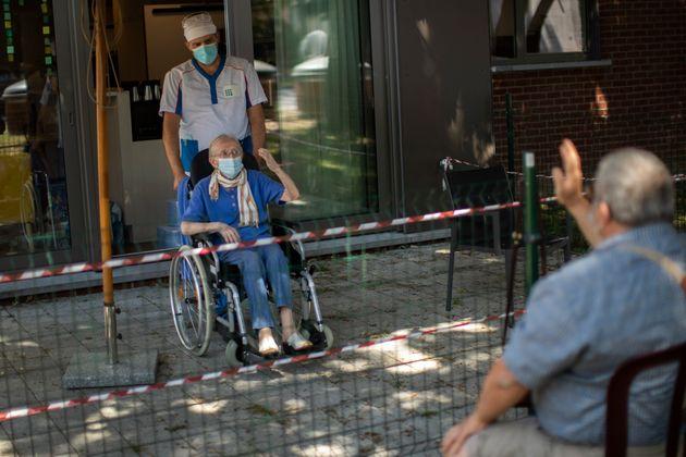 La Belge Liliana Van Dyck, 85 ans, maintenant une distanciation physique pour se protéger contre...