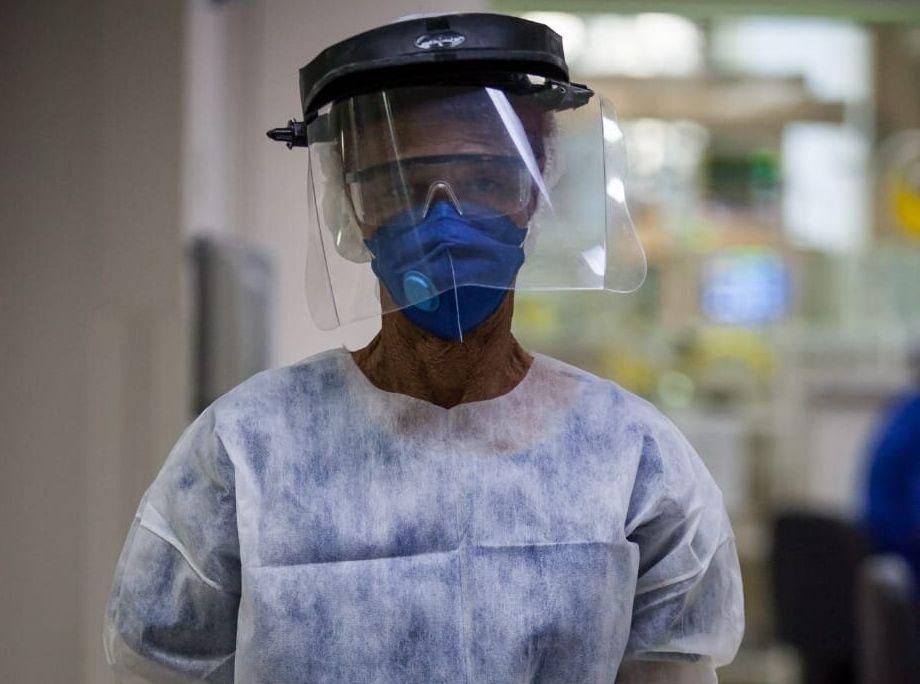 Moradora da Zona Leste de São Paulo, Irinéia, uma das auxiliares de limpeza do Hospital...