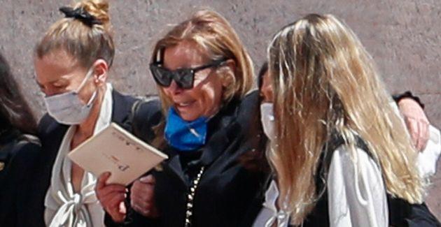 Ana Obregon con sus hermanas Celia y Amalia, Celia Vega Penichet y Carolina Monje durante el entierro...