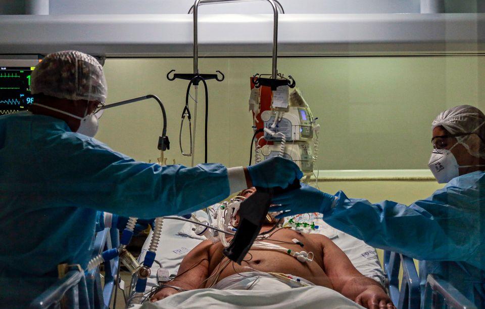 Profissionais de saúde realizam procedimento na UTI do Emilio Ribas, em São