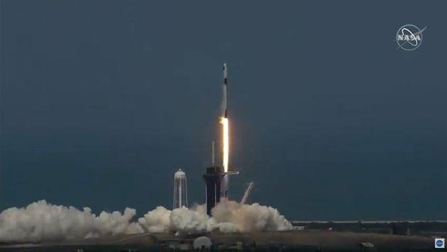 La fusée SpaceX Falcon 9 décollant du centre spatial Kennedy, en Floride aux États-Unis,...