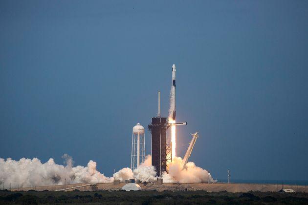 O foguete Falcon 9, da Space X, decola do Cabo