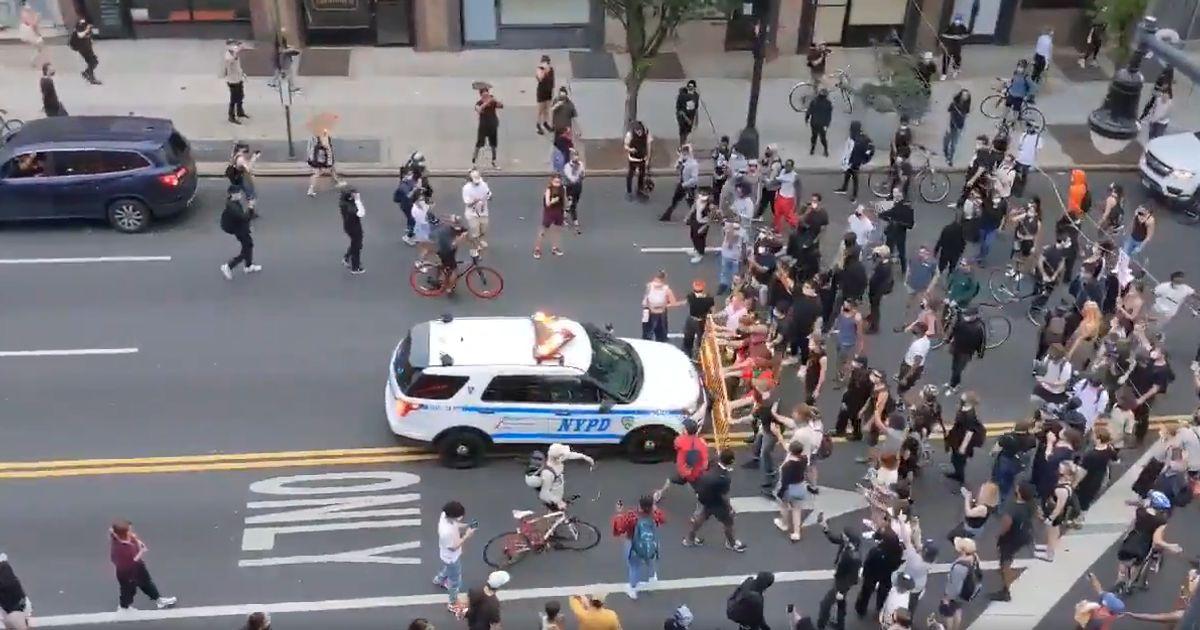 À New York, une voiture de police fonce dans un groupe de manifestants
