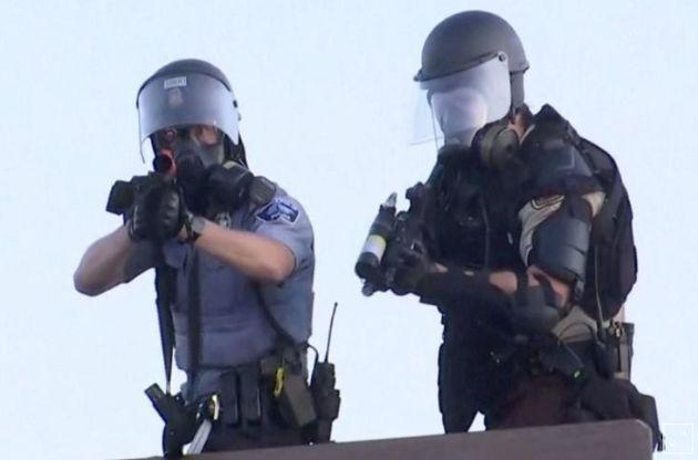 Αστυνομικοί σημαδεύουν το τηλεοπτικό συνεργείο του Reuters που καλύπτει τα γεγονότα στη Μινεάπολη.