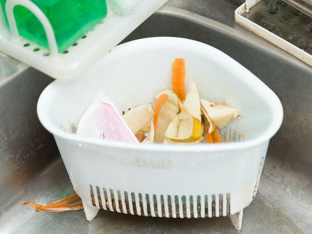 暑くなる時期の不快な生ゴミ臭。新聞紙で和らげるプロ技とは?