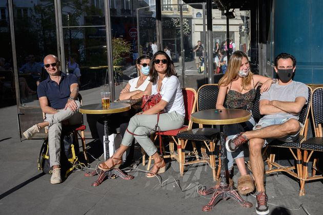 Des Parisiens assis en terrasse le 30