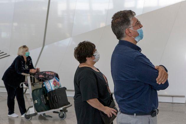 Ταξιδιώτες με μάσκες στο Αεροδρόμιο Ελευθέριος Βενιζέλος.