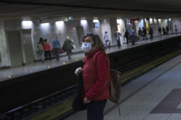 Με μάσκες στις αποβάθρες του μετρό στην Αθήνα.